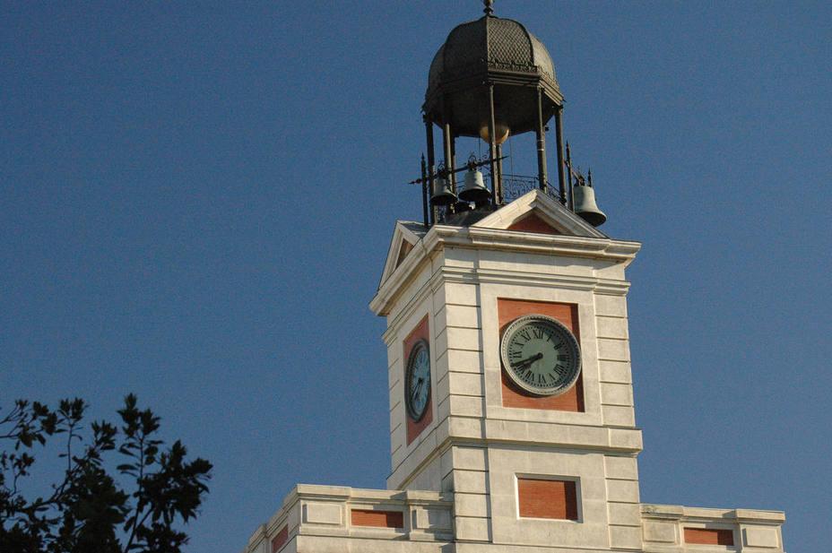 Los secretos del reloj de la puerta del sol actualidad for Puerta de sol en directo