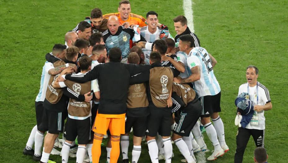 La selección argentina celebra el sufrido pase a octavos de final
