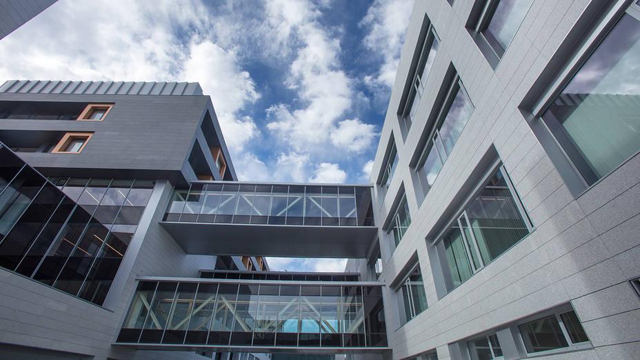 3.Varias pasarelas acristaladas unen el edificio principal con el dedicado a consultas