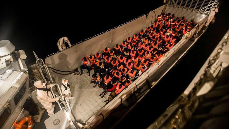 Buques de la Marina italiana trasladarán a los inmigrantes del Aquarius hasta España