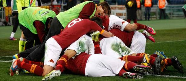 Los jugadores de la Roma se abrazan a Totti. REUTERS be6670b4480fc