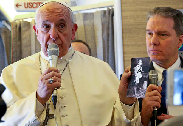 El Papa Francisco durante el vuelo a Chile. REUTERS
