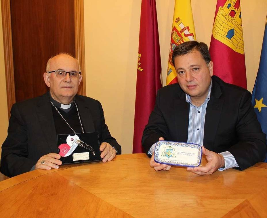 Alcalde recibe al Obispo