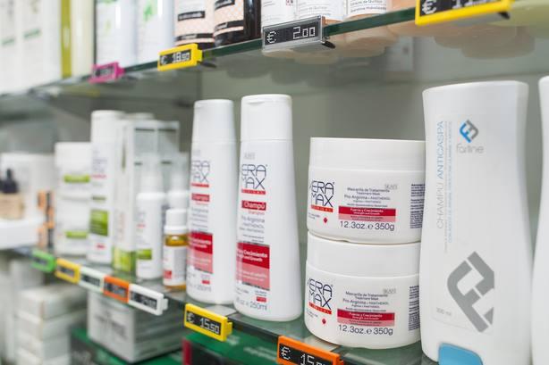 Poco más del 2% de las farmacias españolas están autorizadas para vender medicamentos por Internet, según AEMPS