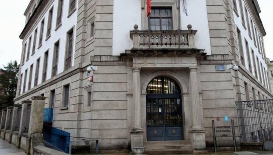 Dieciséis acusados se sientan el banquillo de la Audiencia por la venta fraudulenta de móviles desde Lugo