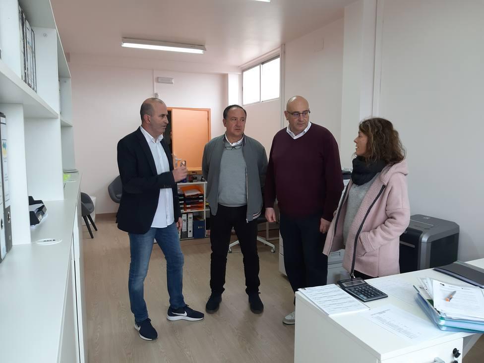 Representantes municipales y ecolares en las dependencias de Secretaría - FOTO: Concello de Valdoviño
