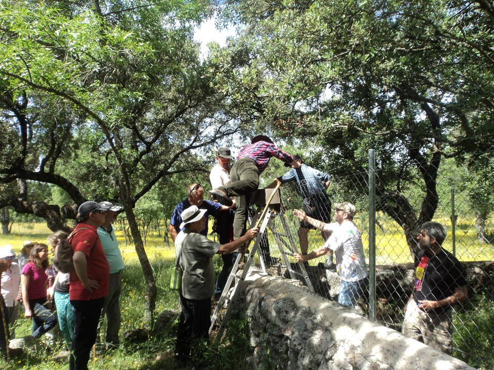 Los participantes se encuentran con obstáculos que cortan el libre paso por la Colada