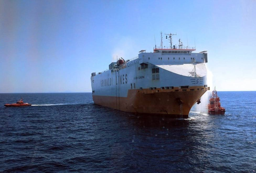 Un mercante con 25 tripulantes se incendia a 25 millas de Mallorca