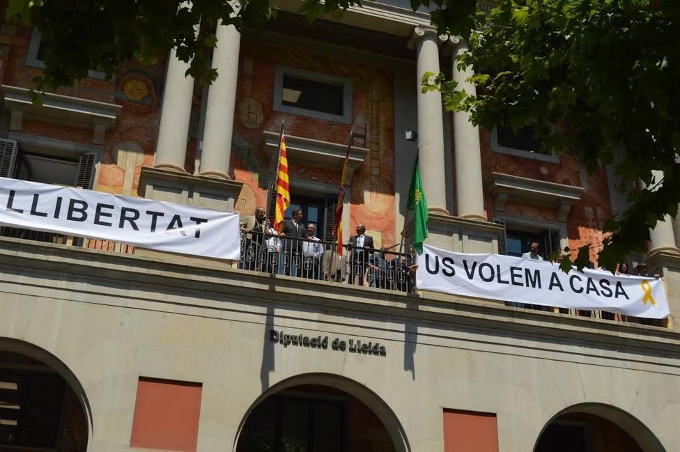 La Diputación de Lleida coloca pancartas a favor de los presos soberanistas
