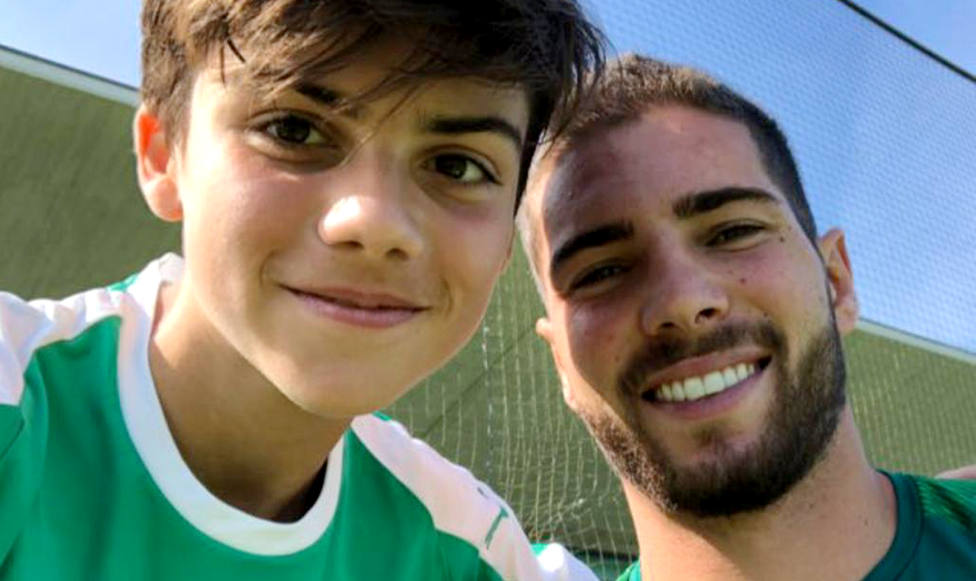 Héctor Ares, abonado del Racing que posa con Luca, es hijo de una de las enfermeras del Hospital de Laredo.RRC