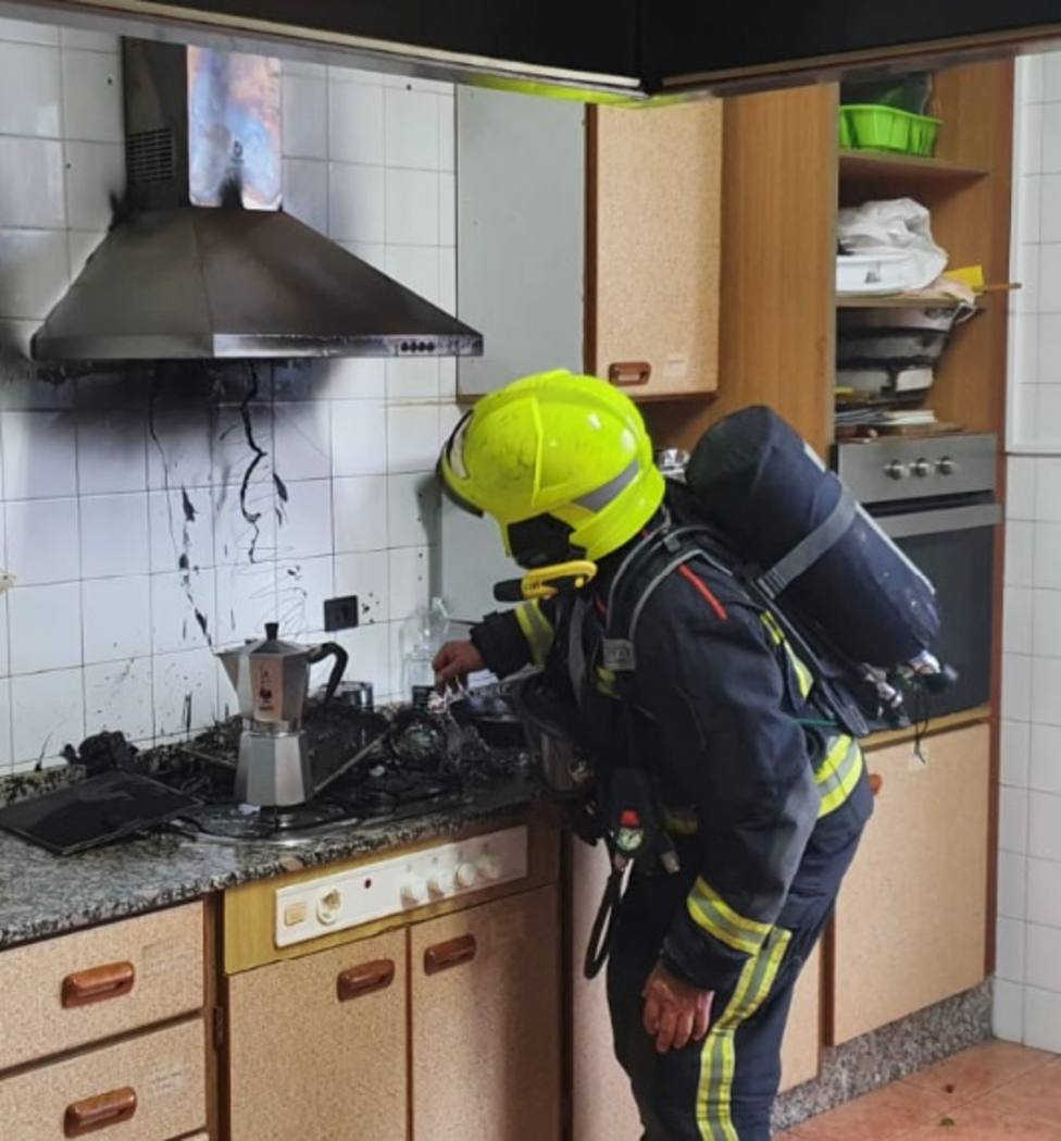 Bombero extinguiendo el fuego de la cocina (Ayuntamiento de Alicante)