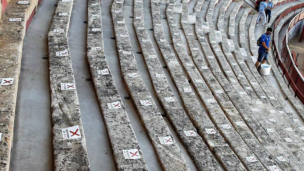 Imagen de los tendidos de El Puerto señalizados con los asientos bloqueados