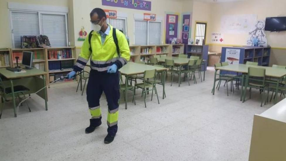 Desinfectan un aula en un centro educativo. Foto: Ayuntamiento de Cádiz