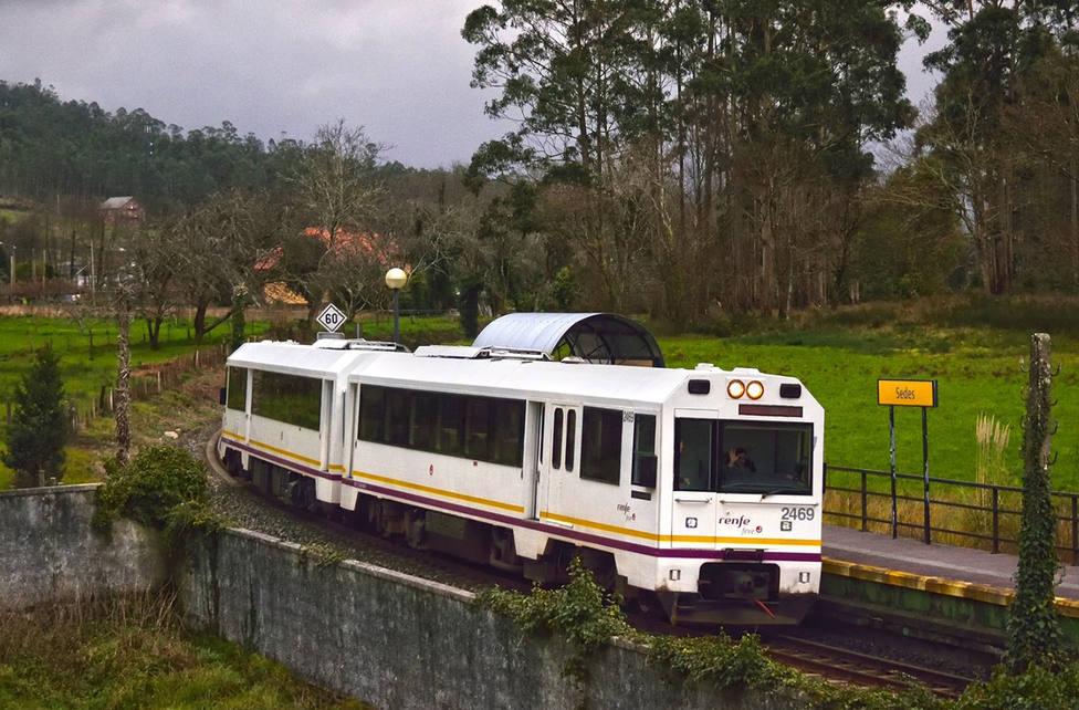 Foto de archivo de un tren de FEVE a su paso por Sedes, en Narón - FOTO: Alejandro Martínez