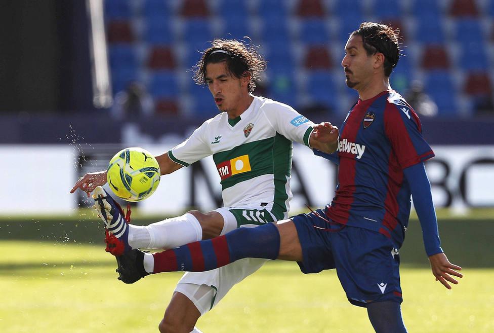 Campaña y Pere Milla disputan un balón (EFE)