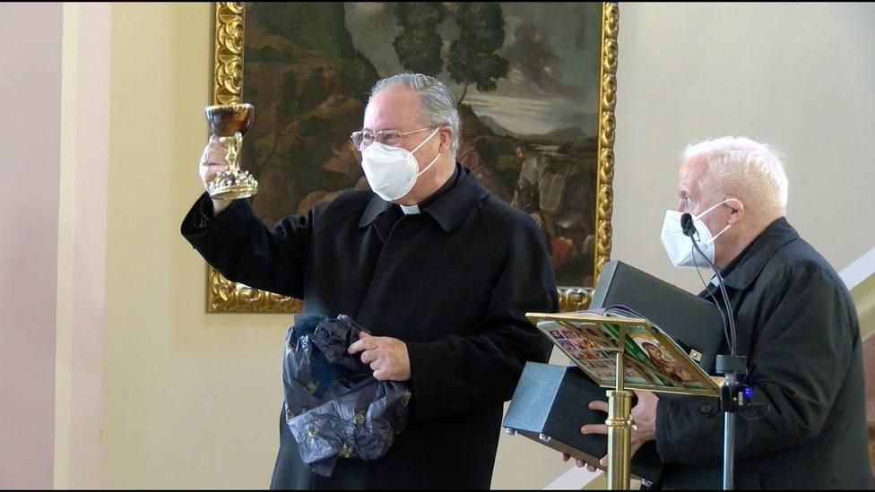 Monseñor Esteban Escudero al recibir ayer la rélica del Santo Cáliz ante el cardenal Cañizares