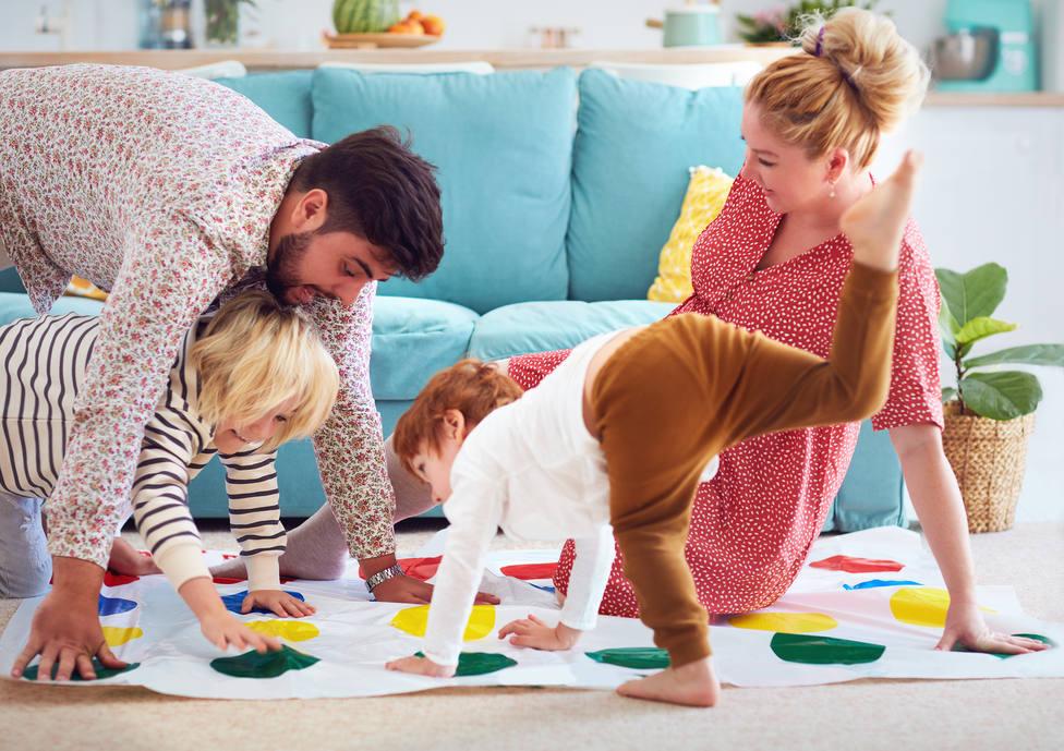 Padres jugando con sus hijos durante el confinamiento