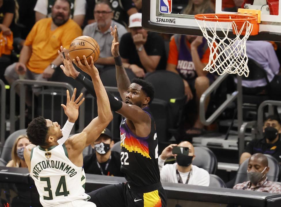 Antetokounmpo frente a Ayton en el quinto partido de las finales de la NBA.