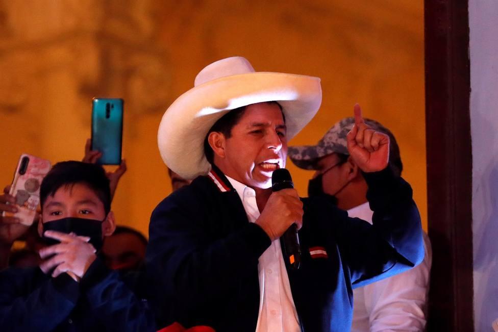 El izquierdista Pedro Castillo habla ante sus simpatizantes después de ser proclamado presidente