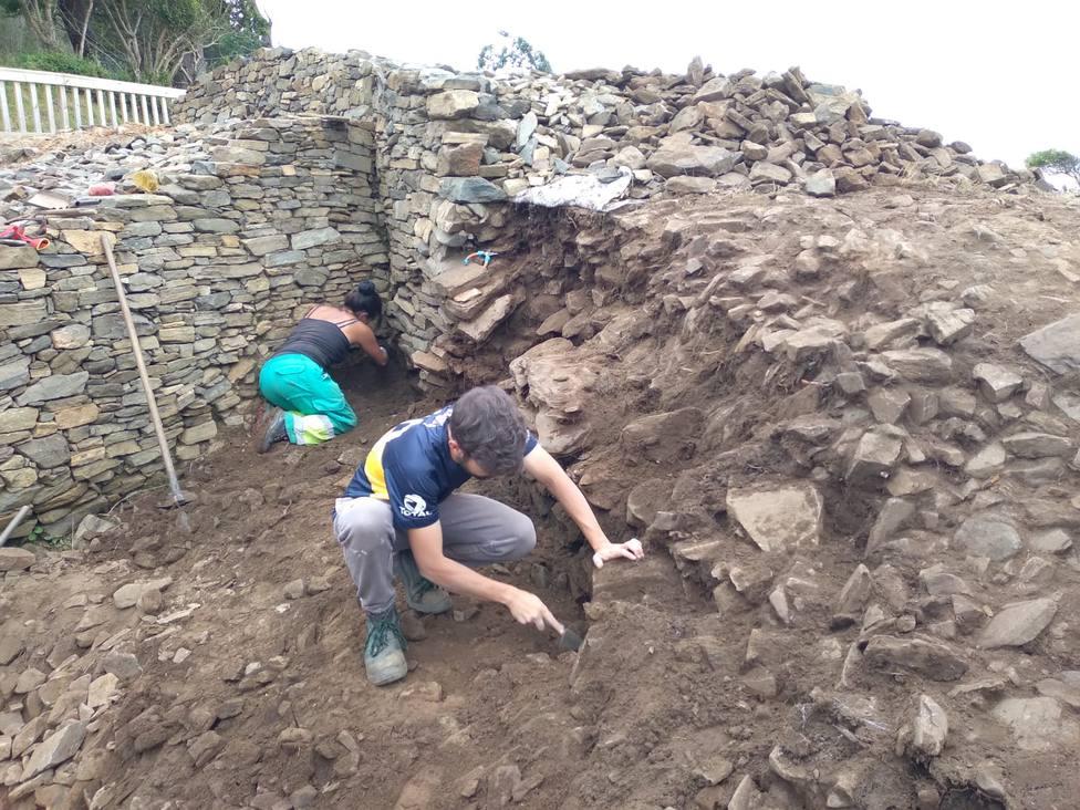 Emilio Ramil dirige la nueva campaña de excavación en el Castro Sarridal. FOTO: Concello Cedeira