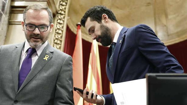 El presidente del Parlament, Roger Torrent (d), y el vicepresidente primero, Josep Costa