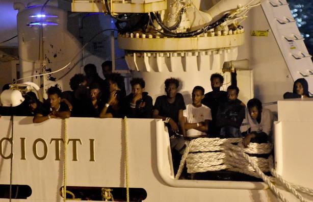Italia permite bajar a los migrantes del Diciotti y Salvini es investigado