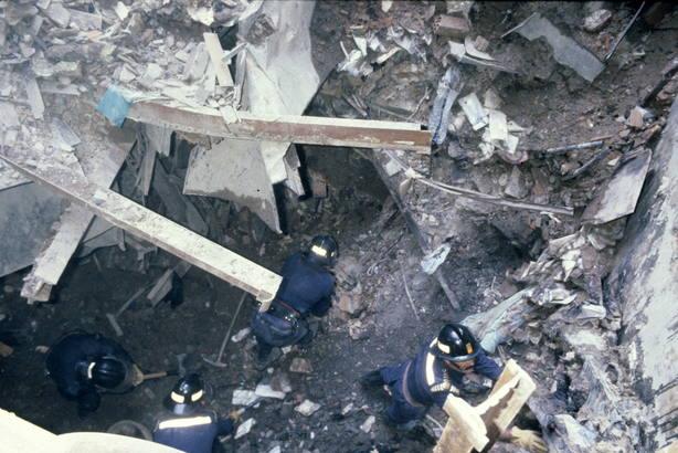 Un grupo de bomberos en las labores de desescombro en los Almacenes Arias