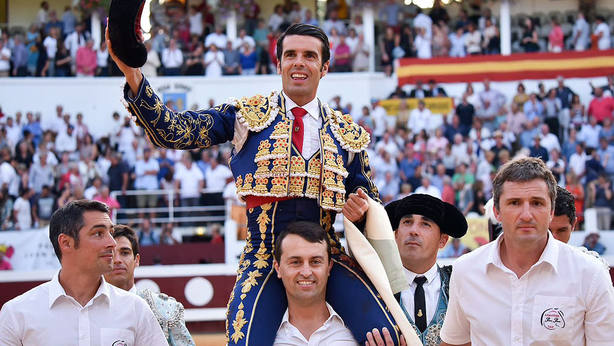 Emilio de Justo en su salida a hombros este año en la plaza francesa de Dax