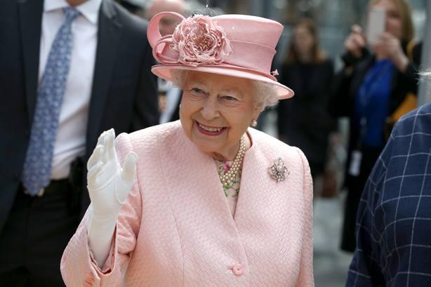 Cañonazos y repiques de campanas celebran los 67 años de reinado de Isabel II
