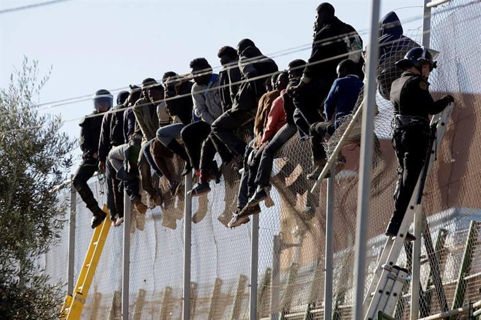"""Un año del Aquarius: Sánchez aumenta las expulsiones de inmigrantes y las """"concertinas"""" siguen en Melilla"""