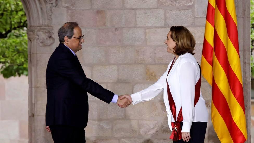 El president de la Generalitat, Quim Torra, saluda a la alcaldesa de Barcelona, Ada Colau