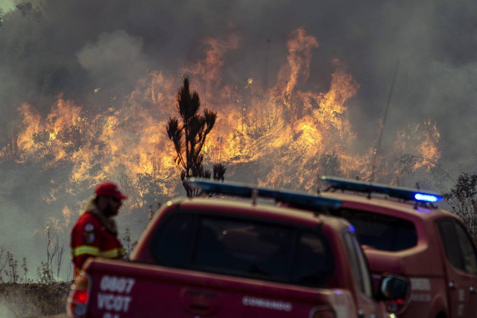 Más de 1.000 bomberos trabajan en la extinción de varios incendios forestales en el centro de Portugal