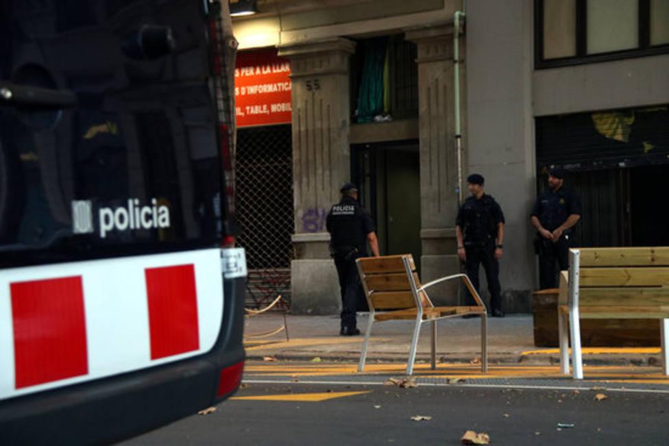 Agentes de Mossos dEsquadra delante de uno de los narcopisos