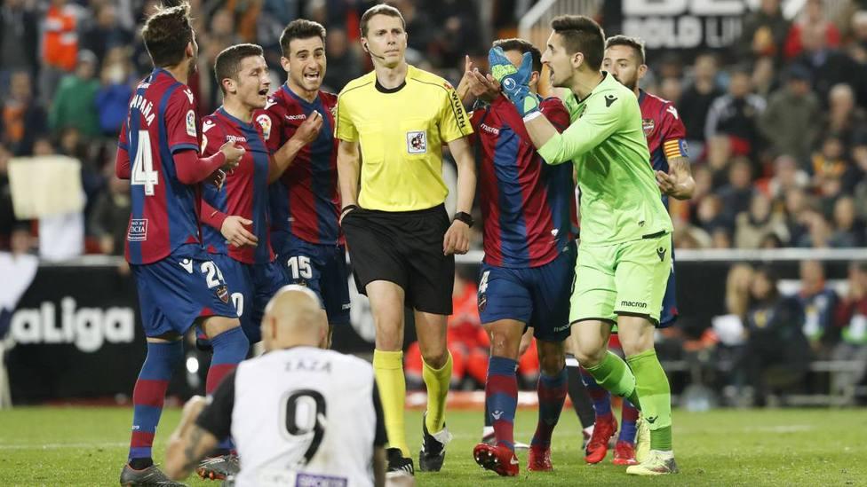 Medié Jimenez, rodeado por jugadores del Levante UD
