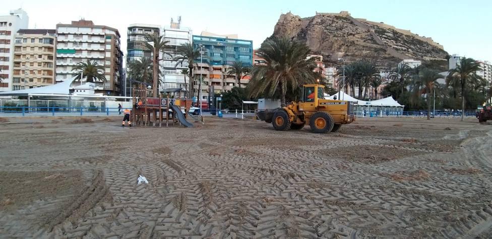 Operarios trabajando en las playas afectadas (Ayuntamiento)