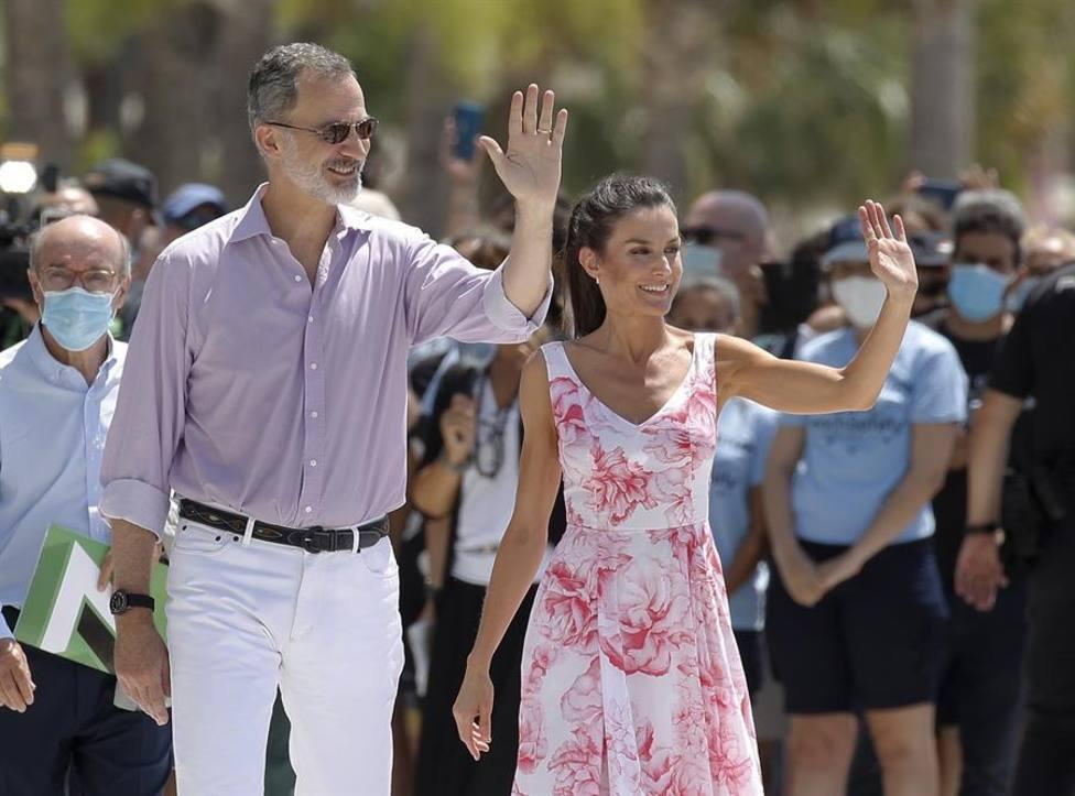 El Rey iba con una americana azul veraniega, que se ha quitado durante el paseo, pantalones blancos y camisa m