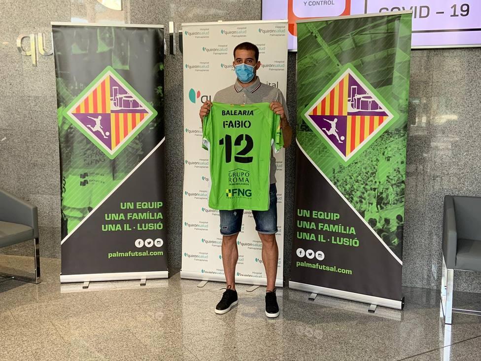 Fabio luciendo camiseta y dorsal de cara a la temporada que viene