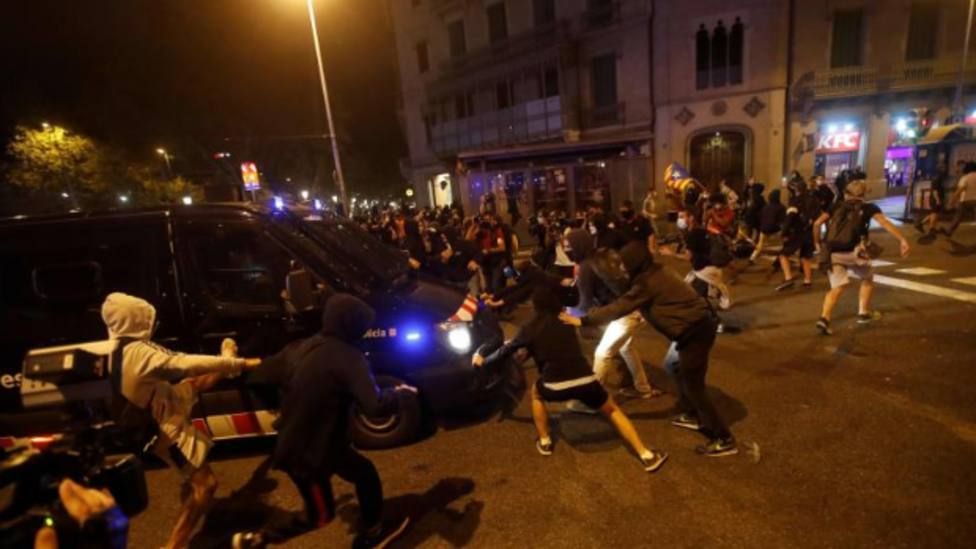 Los CDR se enfrentan a los Mossos en una noche tensa en Barcelona