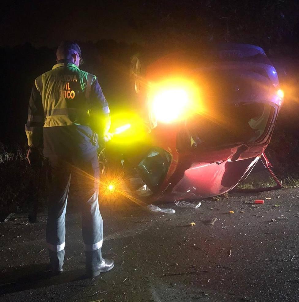 Un herido al volcar su coche en una carretera local de Lugo