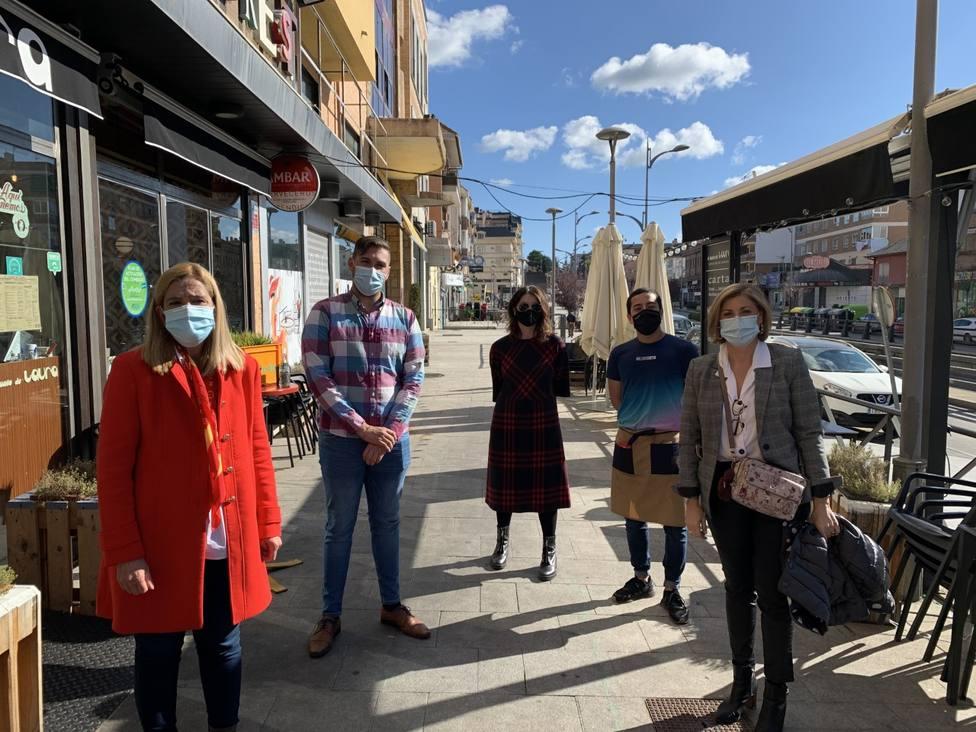 Alcaldesa y concejales junto a hosteleros para apoyar el pequeño comercio local