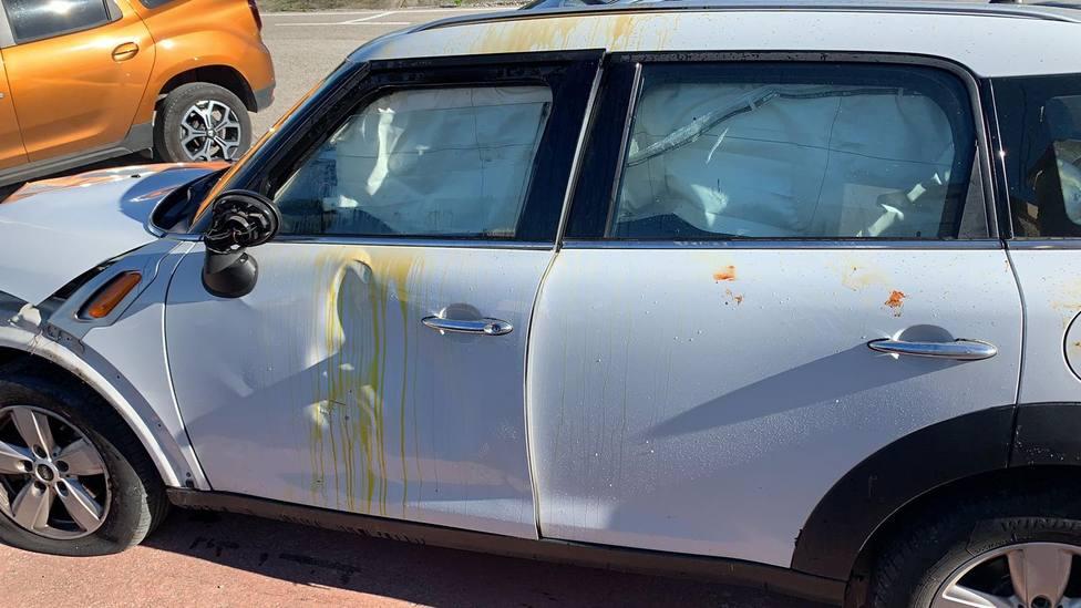 Así quedó el coche de la victima tras ser rociada con ácido.