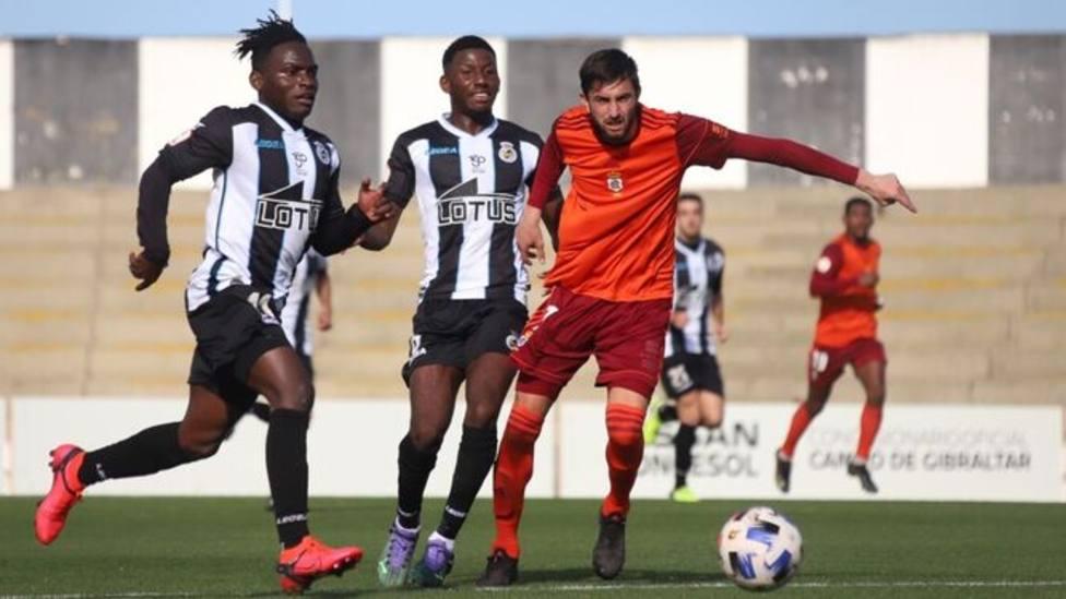 Un discutido penalti aleja al Recre de la victoria en La Línea (1-1)