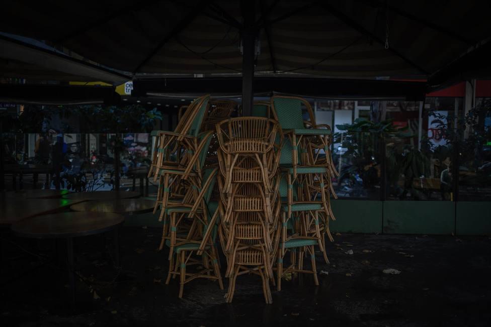 Varias sillas apiladas en una terraza