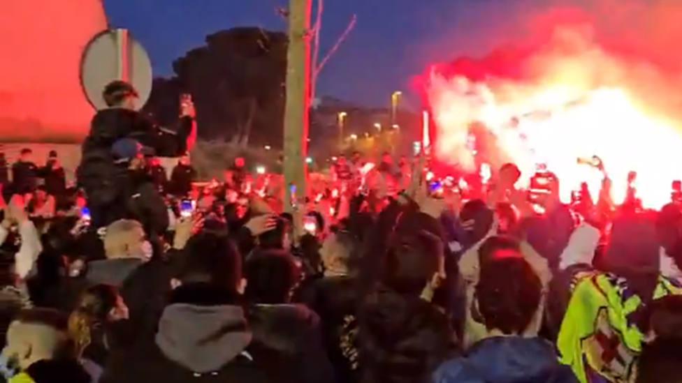 Aficionados del Barcelona abarrotan los aledaños del Camp Nou antes del choque ante el PSG
