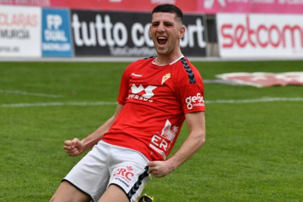 Toril salva los muebles del Real Murcia ante el Yeclano Deportivo (1-0)