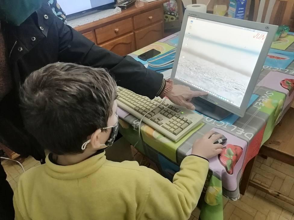 La ONG ha entregado ya cerca de 30 ordenadores a escolares que lo necesitaban
