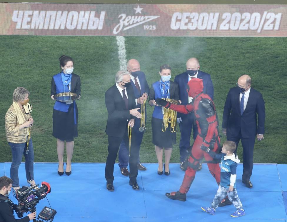 El Zenit gana la liga rusa y Dzyuba recibe la medalla vestido de Deadpool