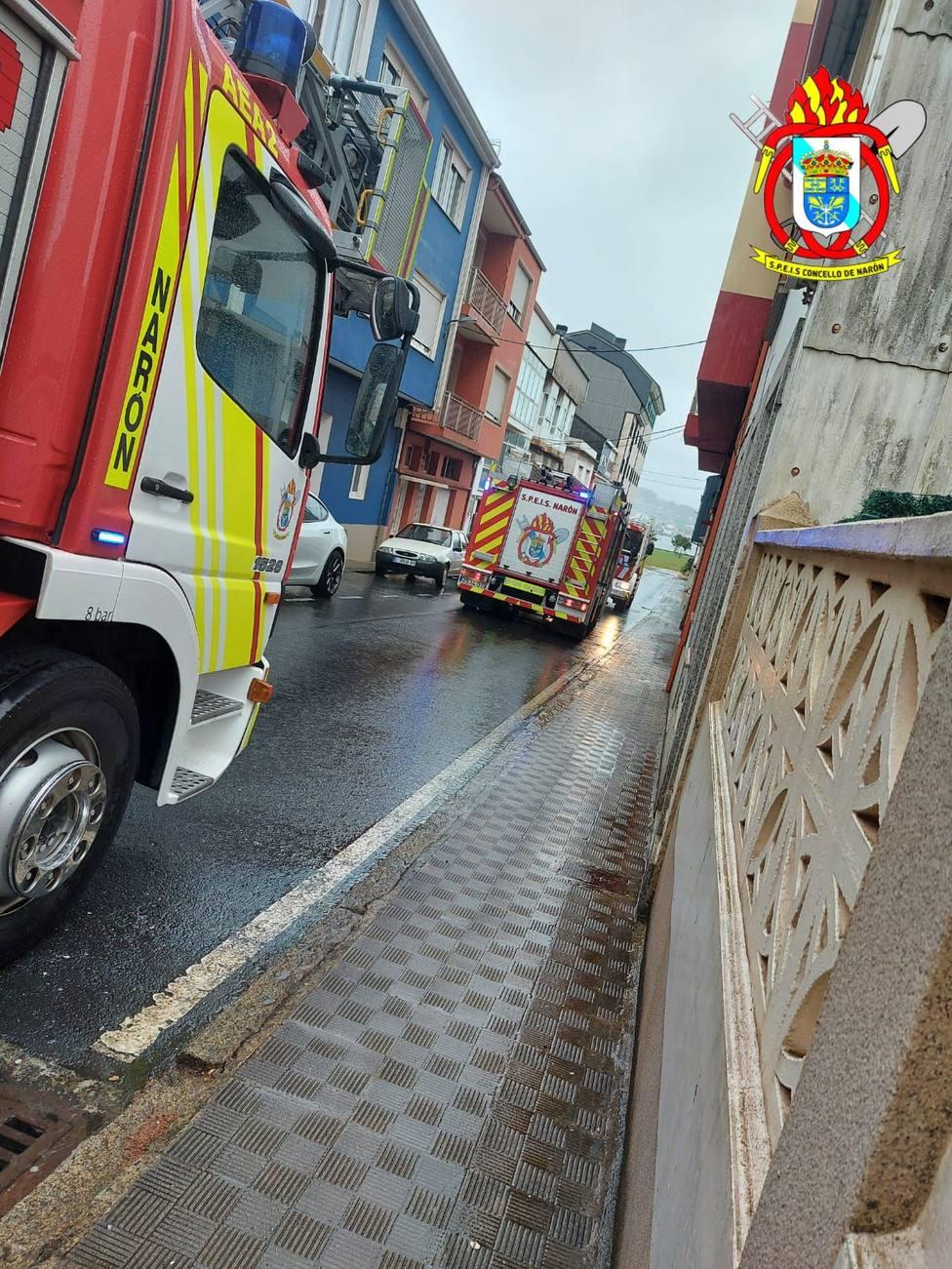 Varios vehículos de los Bomberos de Narón en la zona del incidente - FOTO: SPEIS Narón