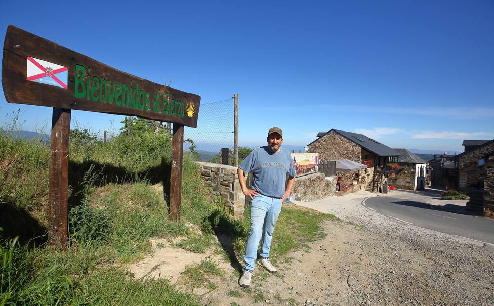 El norteamericano Mike Ayala, propietario del albergue La Rosa del Agua, en la localidad berciana de El Acebo (León)