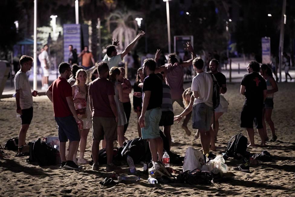 Jóvenes de botellón en la playa de la Barceloneta